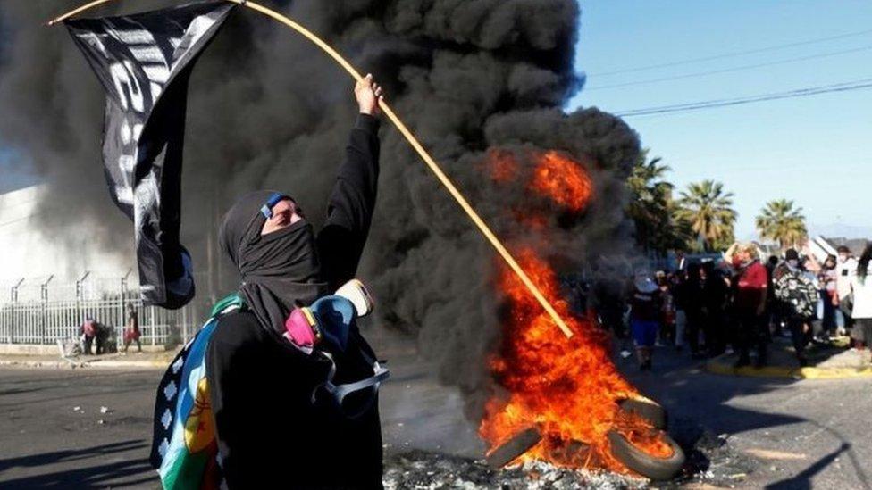 Göstericiler diktatörlük döneminden kalma Anayasa'nın değişmesini istiyor