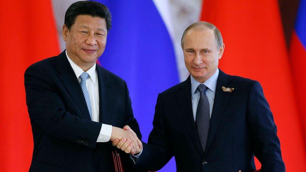 El presidente ruso, Vladímir Putin, y el presidente chino, Xi Jinping, se dan la mano tras firmar un documento producto de sus conversaciones en el Kremlin, en Moscú (Rusia), el 9 de mayo de 2015.