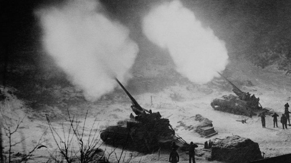 دبابات تطلق النيران