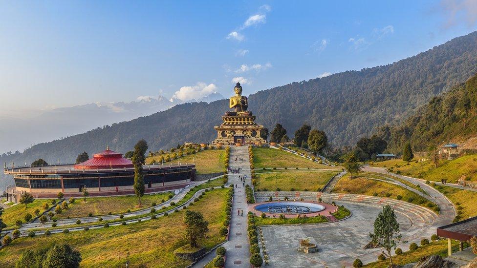 Una atracción turística con un buda en Sikkim.