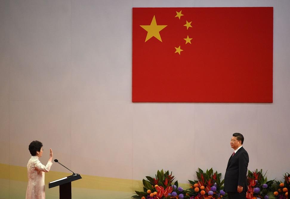 林鄭月娥在習近平面前宣誓就職