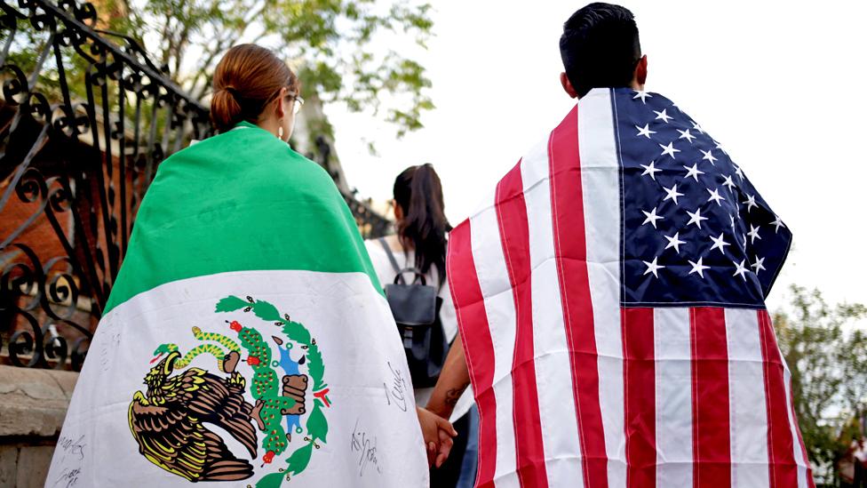 أمريكيون يرتدون العلم الأمريكي والمكسيكي