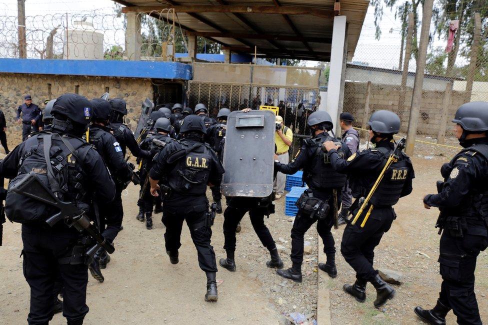 Unos 1.500 efectivos de los cuerpos de seguridad fueron trasladados hasta la cárcel para detener la violencia.