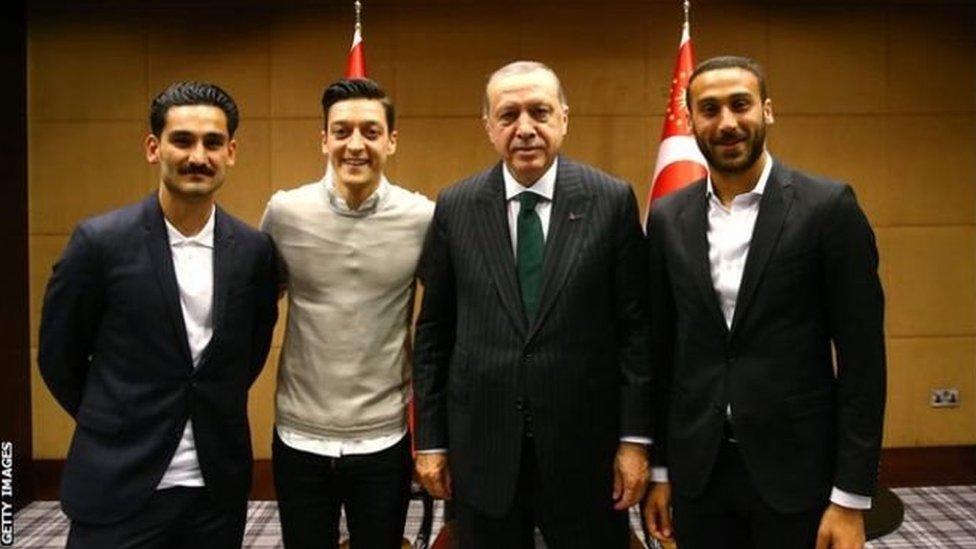 إيلكاي غوندوغان ومسعود أوزيل ولاعب إيفرتون سينك توسون يقفون بجوار الرئيس التركي