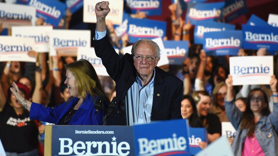 Bernie Sanders levantando un puño en un mitin en San Antonio, Texas