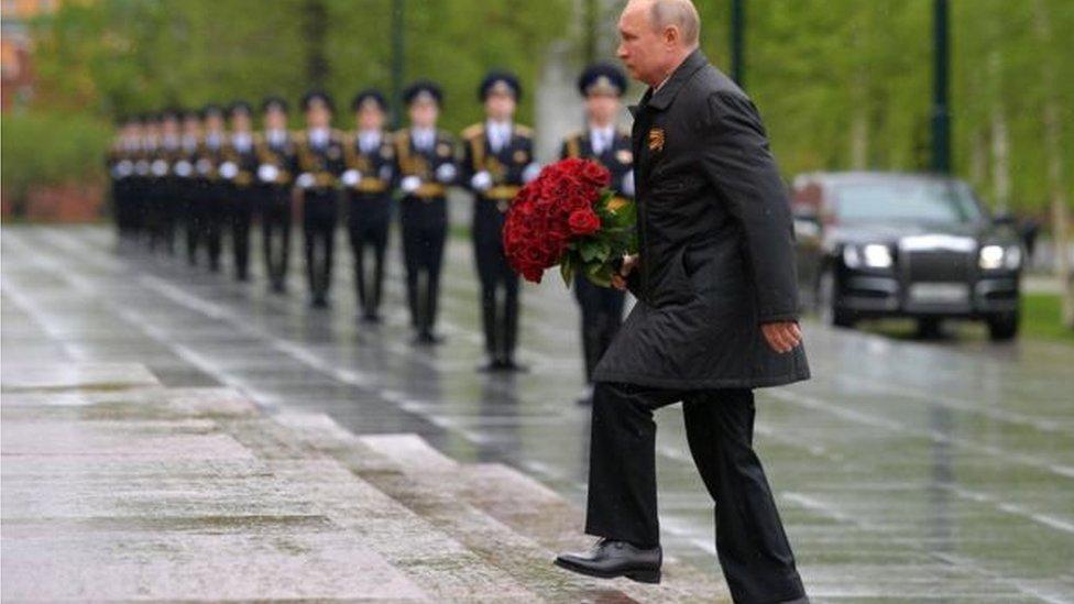 بوتين يضع إكليل من الزهور على النصب التذكاري