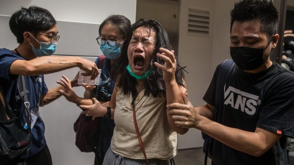 抗議者在香港集會反對新的國安法,警察逮捕了數百人