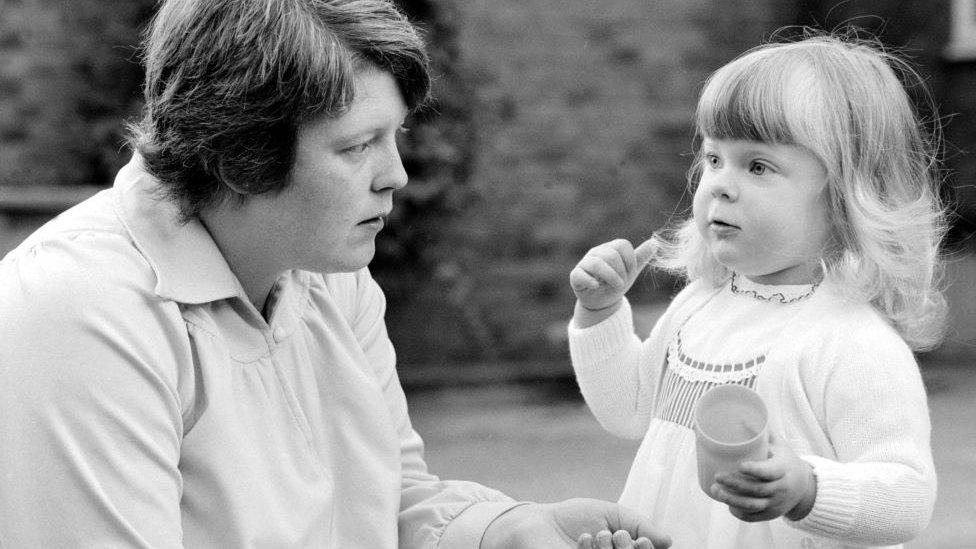 Louise Brown junto a su madre en 1980.