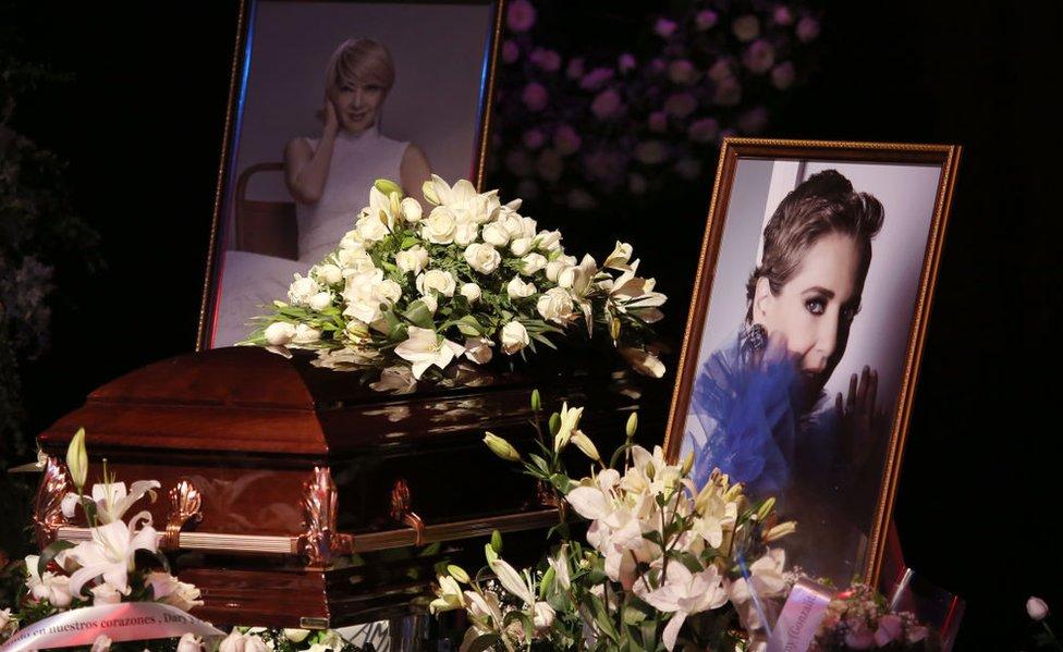 Ataúd de Edith González en servicio funerario.