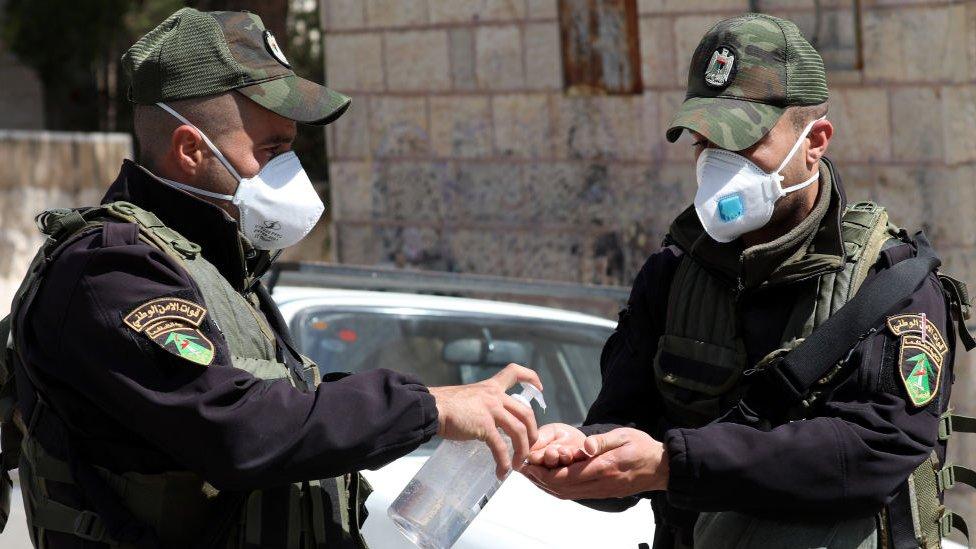 Militares lavándose las manos con gel desinfectante.