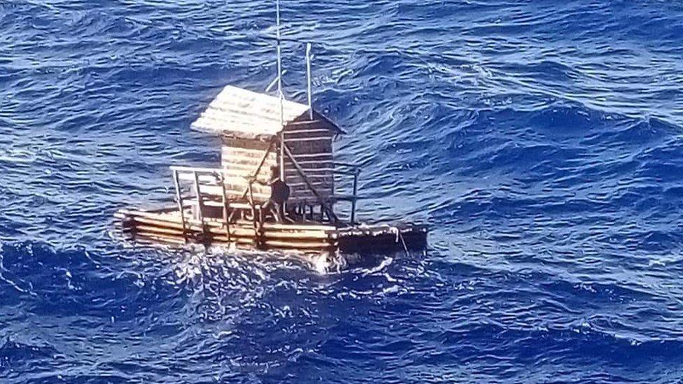 El rompong a la deriva en el mar.