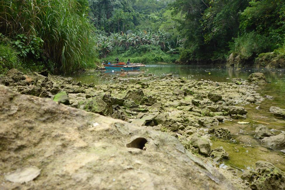 Piedras en el río Abatan en Filipinas
