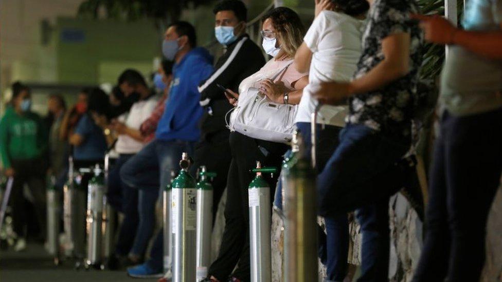 Fila de parentes de pacientes de covid-19 por oxigênio, em Guadalajara, em 29 de janeiro