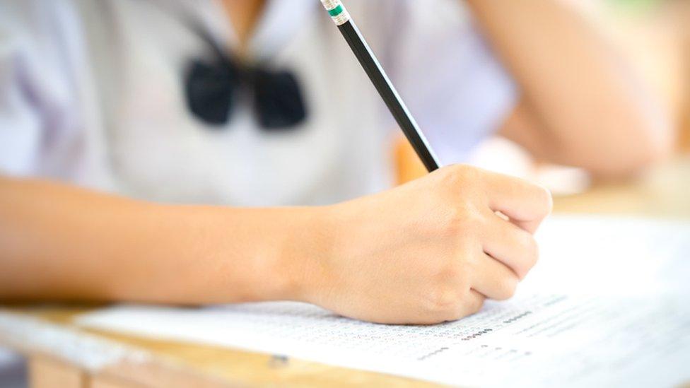 Niño haciendo un examen