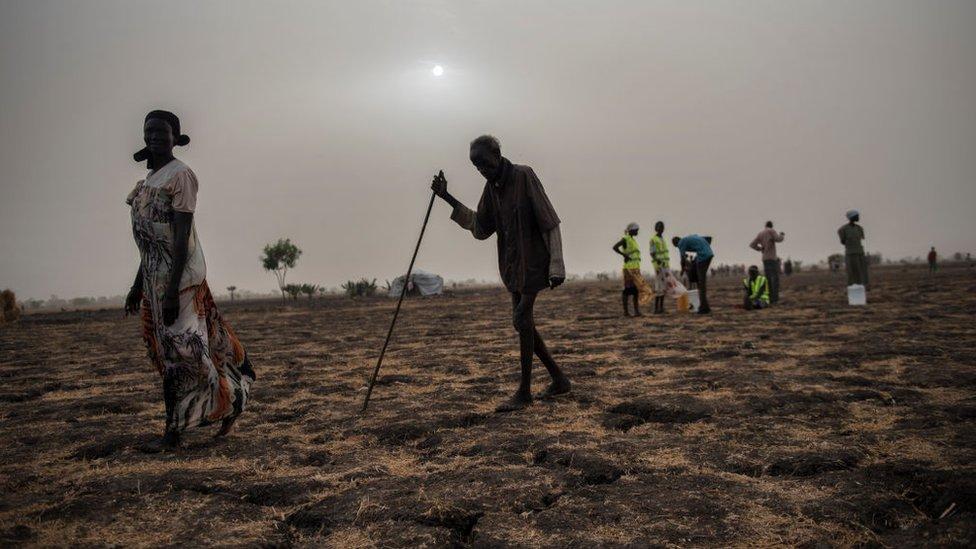 Personas de Sudán del Sur esperando recibir comida de la Cruz Roja.