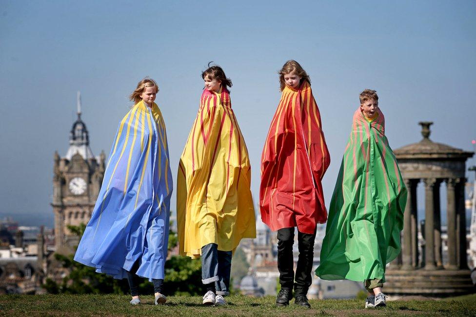 أطفال يرتدون عباءات عملاقة، خلال مشاركتهم في أحد عروض مهرجان أدنبرة الدولي للطفولة لهذا العام.