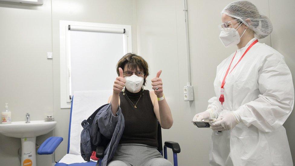 Profissional de saúde é vacinada na Itália