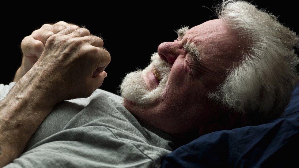 Hombre sintiendo agonía durante el sueño.