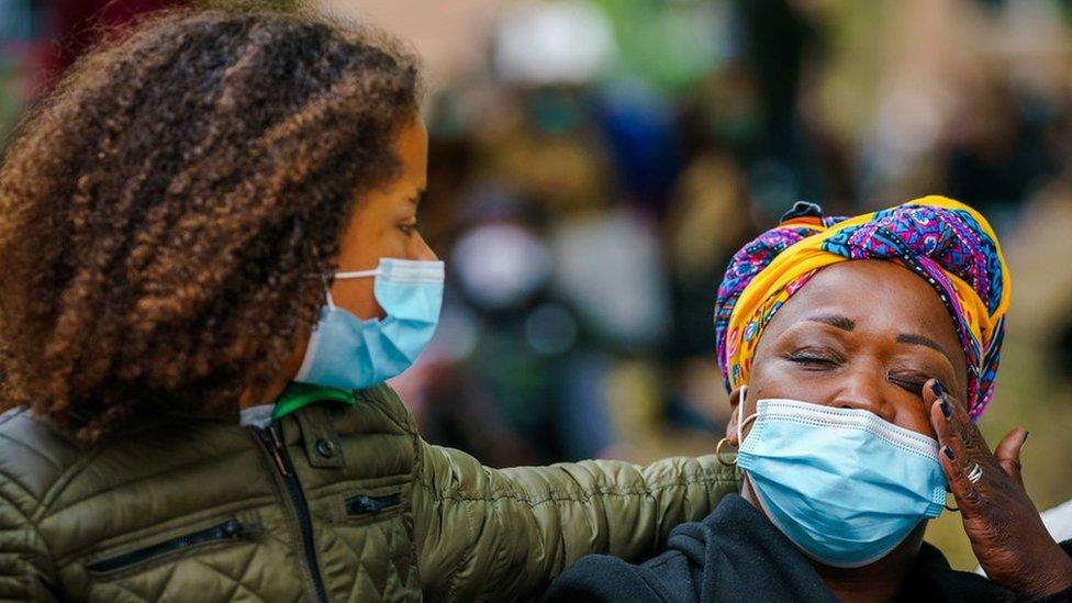 Dos mujeres negras durante una manifestación contra el racismo en Abdijplein, en Middelburg, Países Bajos, 8 de junio de 2020