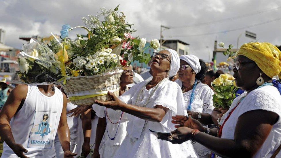Feligreses de la religión candomblé festejan el culto a Yemanyá, patrona de los mares.