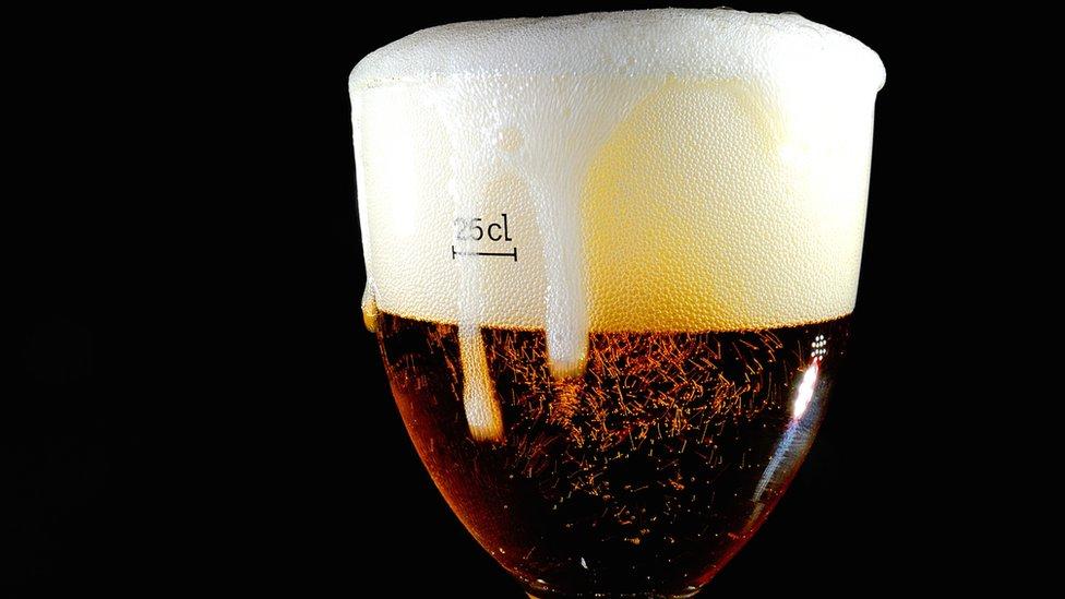 Una copa de cerveza.