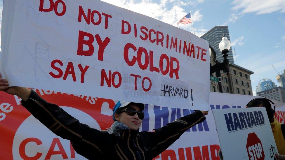 10月14日,示威者在波士頓打出標語,挑戰哈佛大學「歧視亞裔」的招生政策。