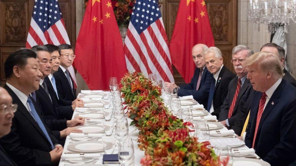 Donald Trump y Xi Jinping, junto con miembros de sus delegaciones, durante una cena en el G20.