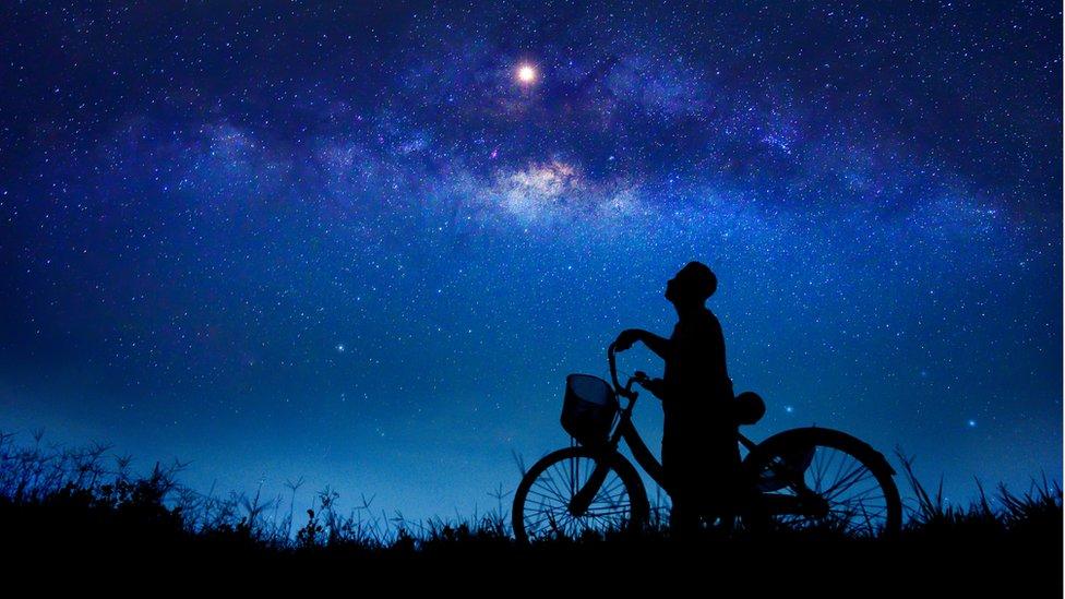 Hombre mirando las estrellas.