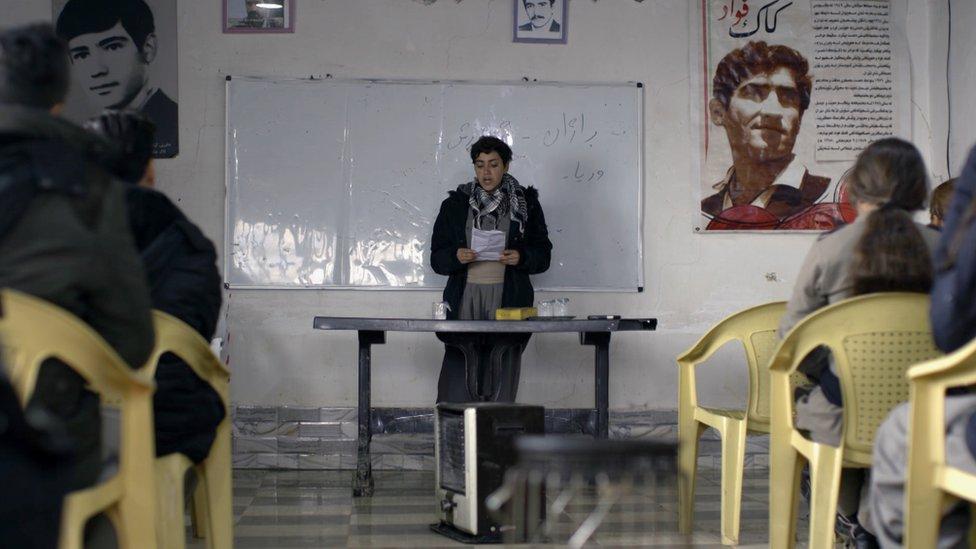 عضوة كوملة أجين تقرأ قصيدة في قاعدتهما في كردستان العراق