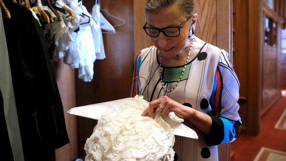 Ginsburg muestra uno de los emblemáticos cuellos que vestía y que se volvieron un símbolo de sus votos disidentes en la Corte.