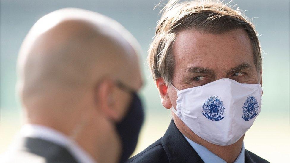 Bolsonaro de máscara em área externa em Brasília