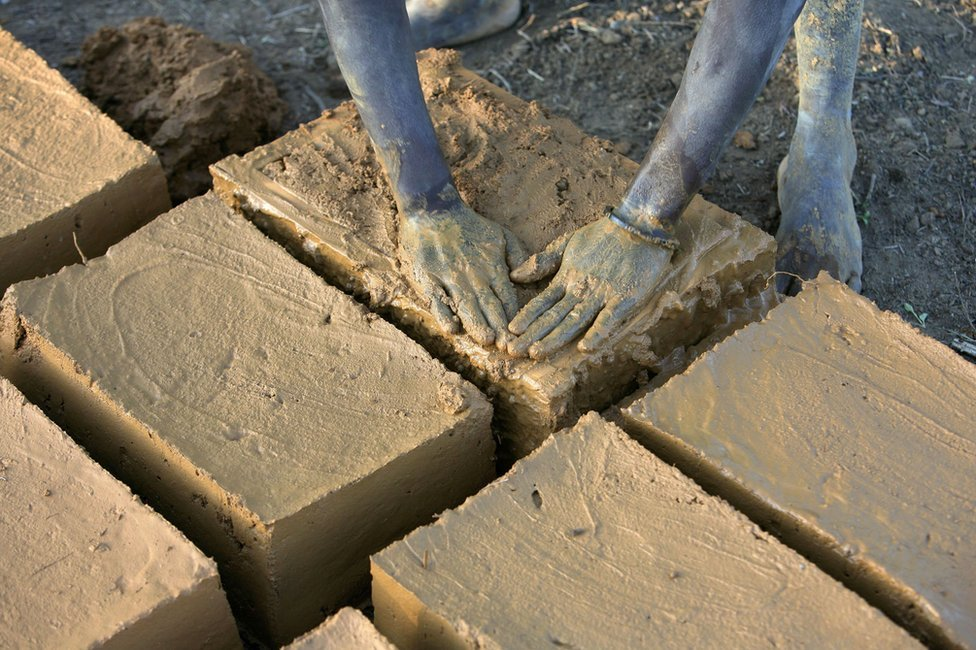 Evariste Citegetse haciendo ladrillos de barro para la casa de su familia en Burundi.