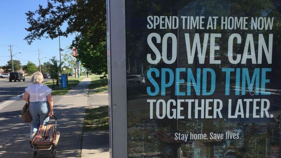 Mensaje sobre la distancia social en Toronto, Canadá.