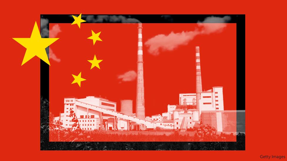 La bandera de China y unas plantas de energía