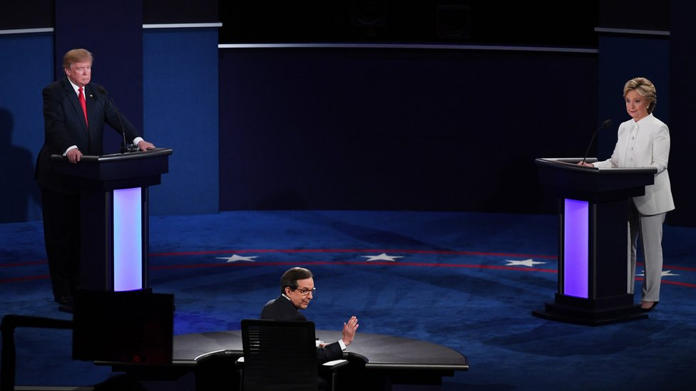 Moderator Chris Wallace speaks to the audience during the third presidential debate between Donald Trump and Hillary Clinton in 2016