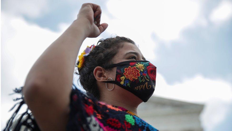 Una mujer celebra el fallo de la Corte Suprema sobre DACA - jueves 18 de junio de 2020