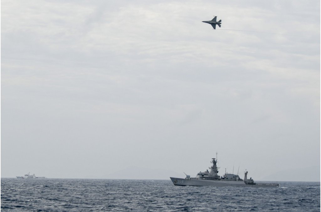 印尼當局派出多艘軍艦及軍機到納土納群島附近海域捍衛主權(圖為印尼空軍F-16戰機和軍艦)。