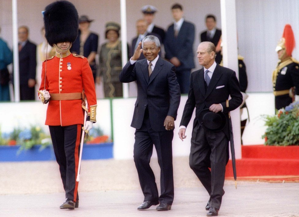 رئيس جنوب افريقيا نيلسون مانديلا الراحل، يرافقه دوق إدنبره