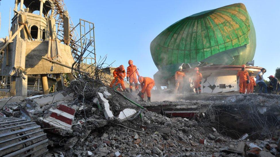 مسجد مهدم في شمال لومبوك بسبب الزلزال