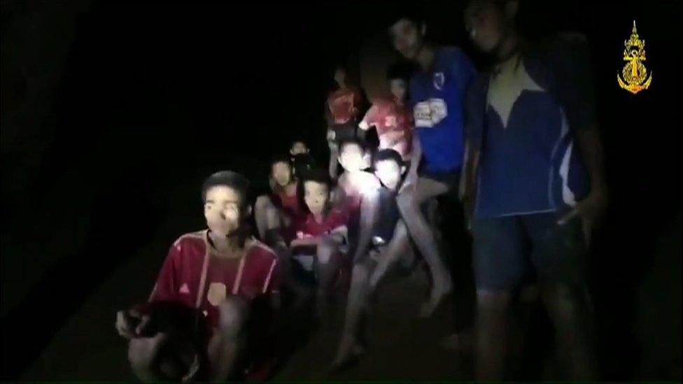 Los niños y su entrenador se pusieron a salvo en una cámara de la cueva a 4 km de la entrada.