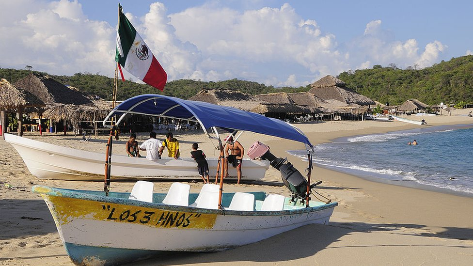 Una embarcación mexicana en la bahía San Agustin, Oaxaca, México.