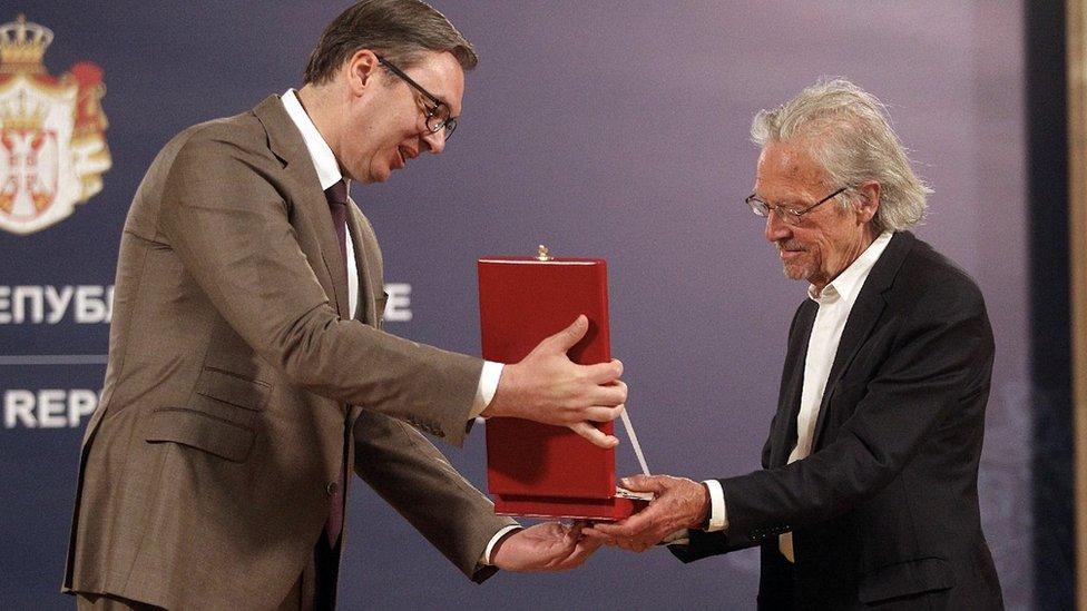 Predsednik Srbije Aleksandar Vučić uručuje Karađorđevu zvezdu nobelovcu Peteru Handkeu, Beograd, maj 2021.