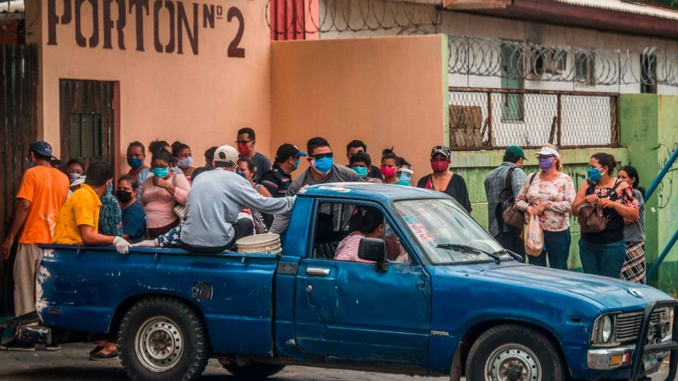 Un cadáver es transportado fuera de un hospital de Managua, Nicaragua.