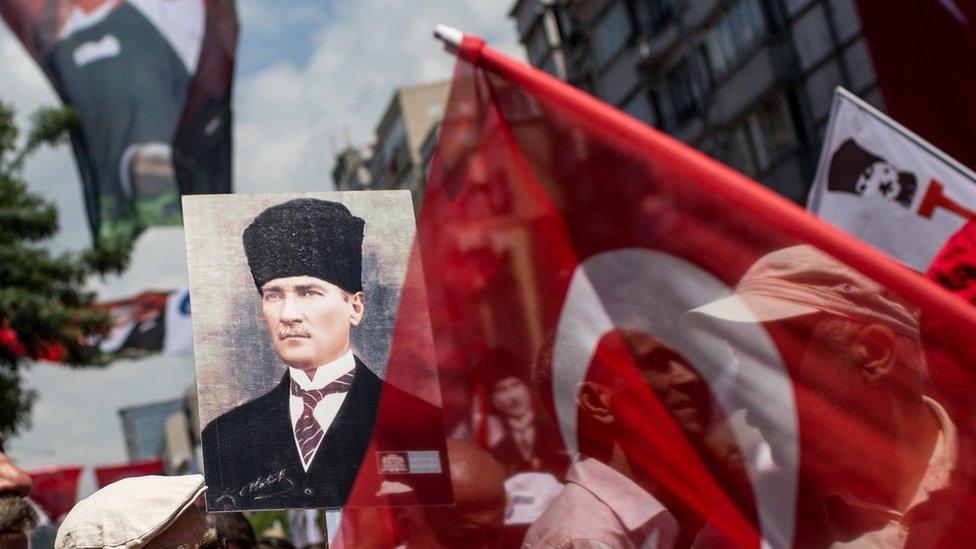 صورة أتاتورك بين الأعلام
