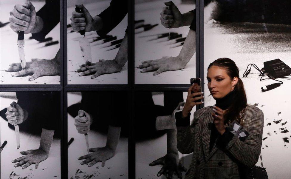 """Visitante se toma fotos con una de las obras de Marina Abramovic expuesta en la exposición """"The Cleaner"""" del Museo de Arte Contemporáneo de Belgrado, Serbia, en 2019."""
