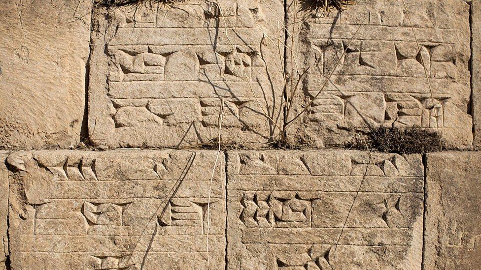 Escritura cuneiforme sobre piedras en el acueducto de Jerwan construido por el rey Senaquerib alrededor del 700 a.C. para llevar agua a la ciudad de Nínive.
