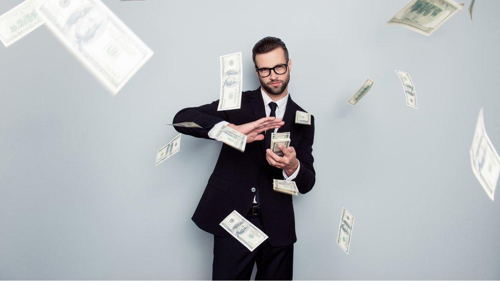 Hombre arrojando dinero