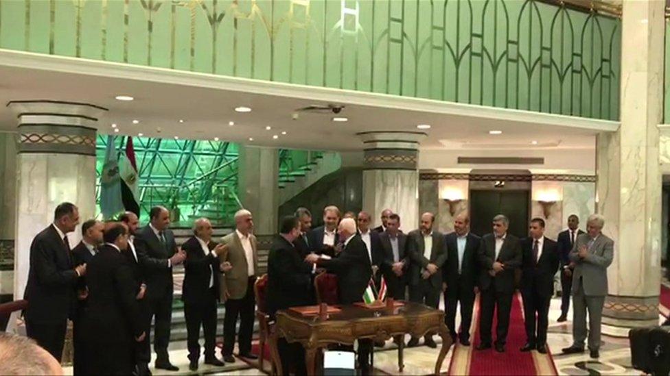 لحظة توقيع الاتفاق في العاصمة المصرية