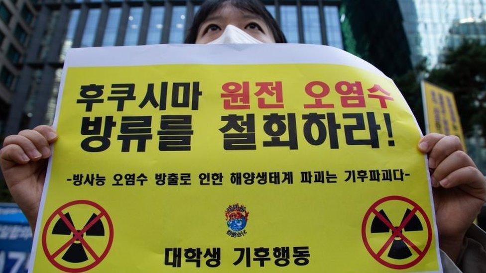 韓國民眾在日本駐韓國大使館外抗議核電站污水入海計劃。