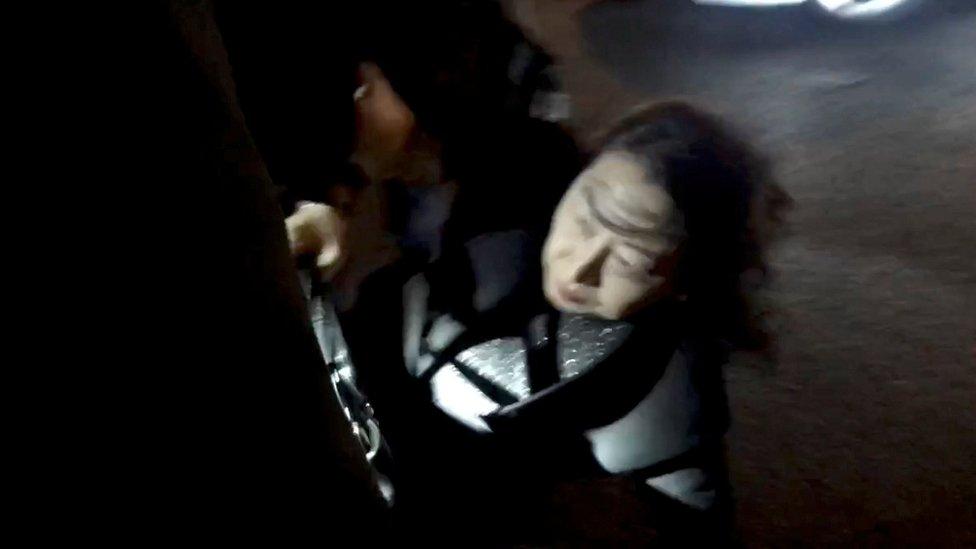 香港特區政府律政司司長鄭若驊在倫敦遭遇一群示威者包圍推搡跌倒在地,手臂受傷。